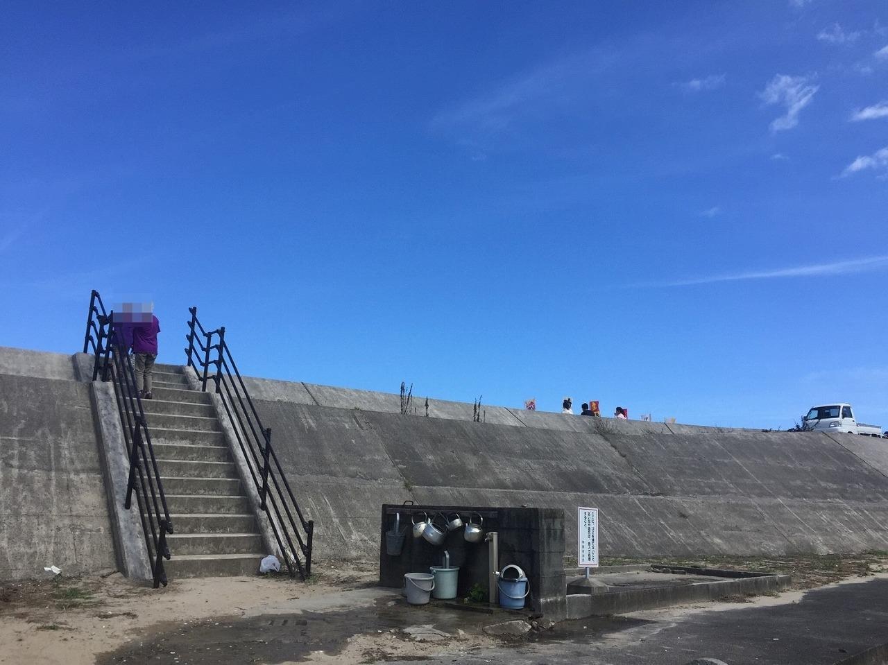 堤防に上がる階段
