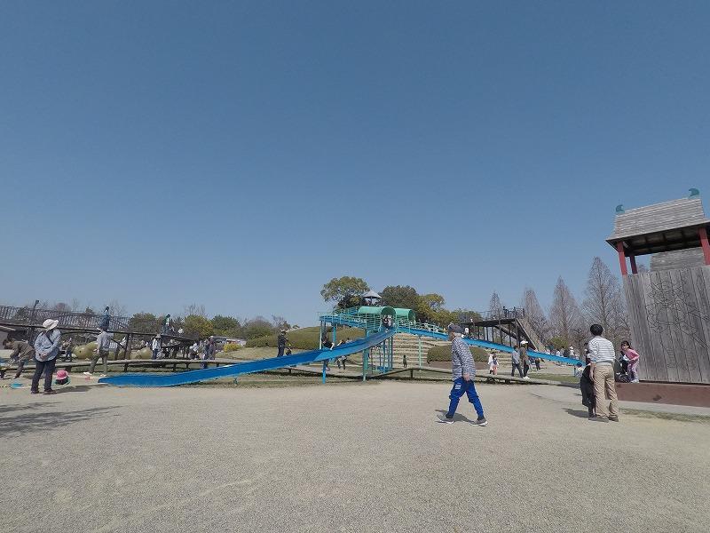 二股に分かれた大きな滑り台