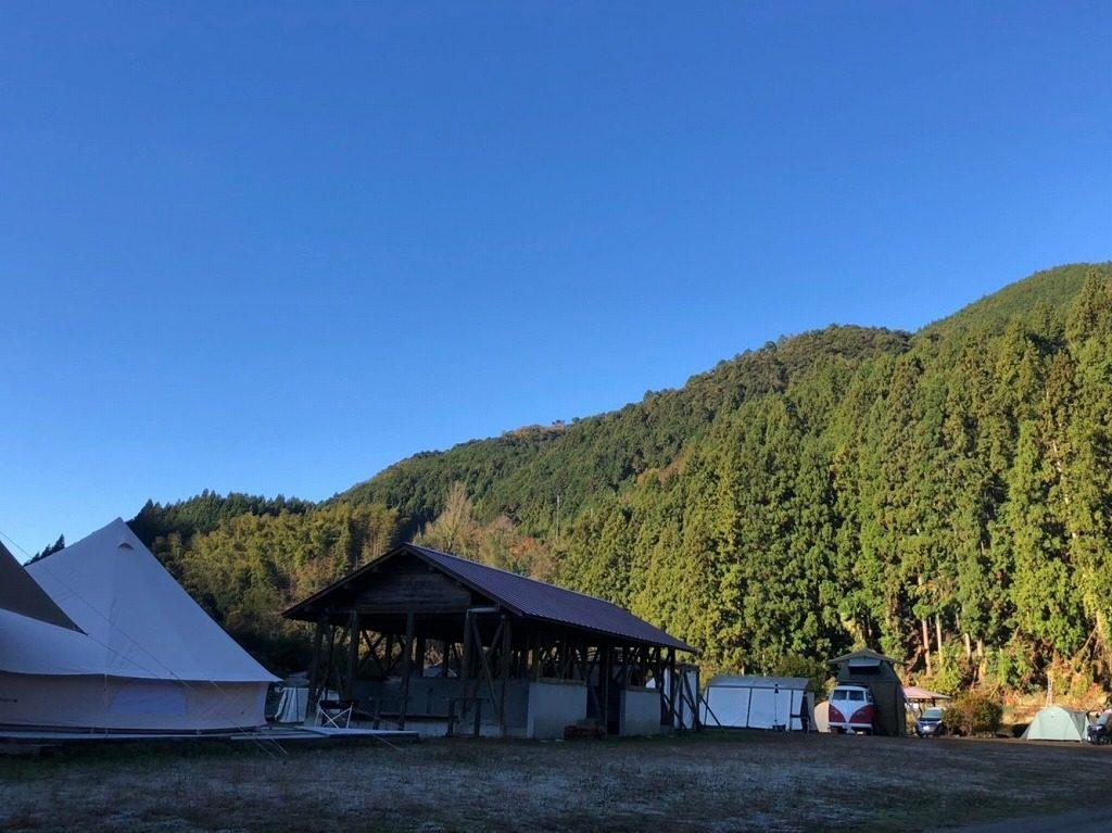 朝は山の影で冷え込む