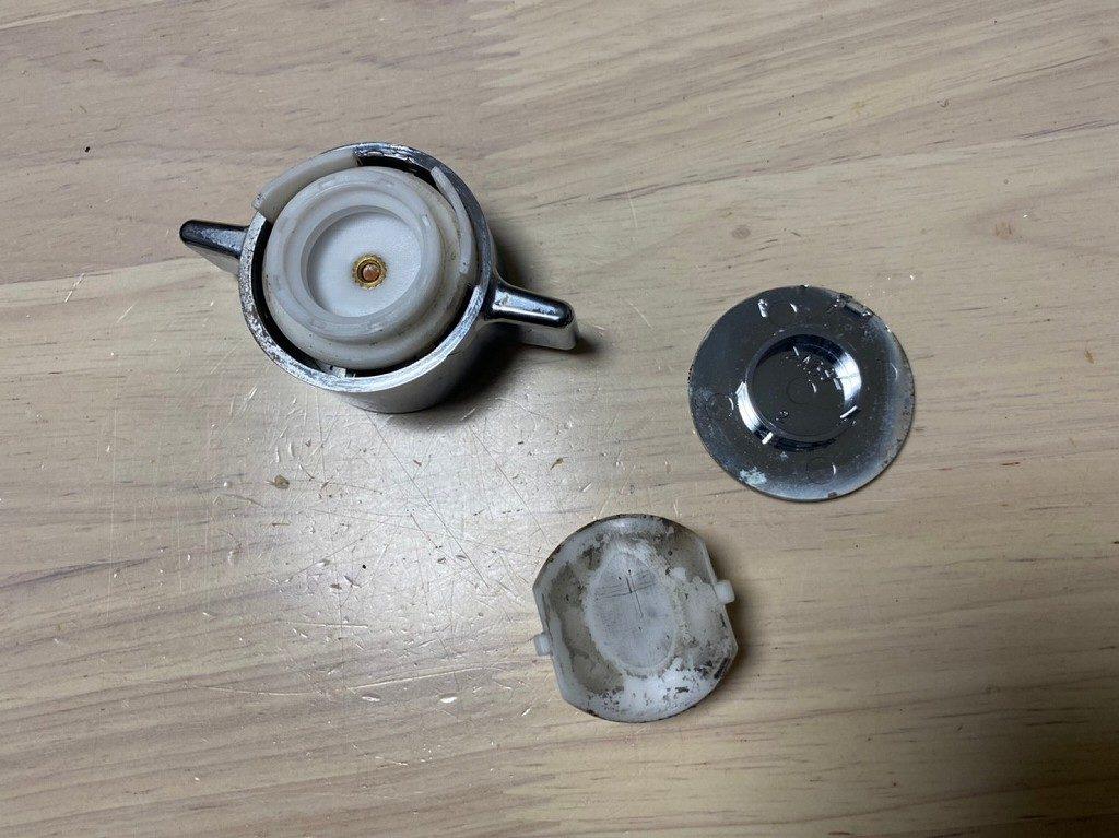 樹脂が割れて壊れたハンドル部分