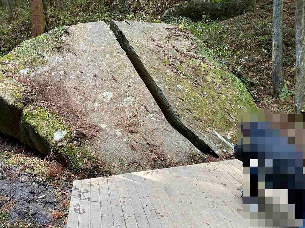 岩を切るポーズで写真
